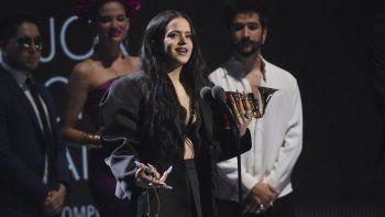 Rosalia acepta el premio a la mejor canción urbana por Con Altura en los Premios Grammy Latinos el jueves 14 de noviembre de 2019, en el MGM Grand Garden Arena de Las Vegas.