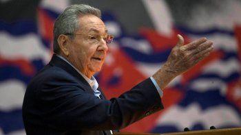 En esta fotografía de archivo del 16 de abril de 2016, el presidente de Cuba, Raúl Castro, se dirige al Congreso del Partido Comunista de Cuba (PCC) en La Habana, Cuba. El VIII Congreso del PCC se realizará entre el 16 y el 19 de abril de 2021 y podría pasar a la historia como el último con un miembro de la familia Castro a la cabeza, si Raúl Castro cumple su anuncio de despedirse como secretario general.