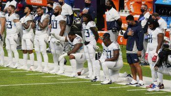 Jugadores de los Titans de Tennessee cuando se entona el himno nacional previo al partido de la NFL contra los Vikings de Minnesota, el domingo 27 de septiembre de 2020, en Minneapolis.