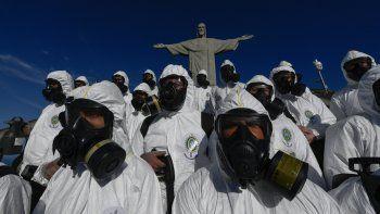 Soldados de las Fuerzas Armadas de Brasil son vistos durante los procedimientos de desinfección de la estatua del Cristo Redentor en la montaña Corcovado antes de la apertura de la atracción turística el 15 de agosto, en Río de Janeiro, Brasil, el 13 de agosto de 2020, en medio del COVID. -19 nueva pandemia de coronavirus.