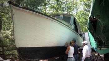 En esta foto del 20 de julio del 2020 proporcionada por David Bigelow en Vineyard Haven, Massachuses, parte de un bote que está siendo transformado en una réplica del bote Orca de la película de Stieven Spielberg Jaws (Tiburón).