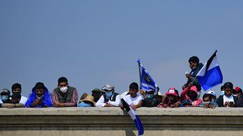 Simpatizantes del expresidente boliviano Evo Morales esperan su llegada el 9 de noviembre de 2020 a Villazón, Bolivia, en la frontera con Argentina, país donde se había refugiado tras su primera huida a México.