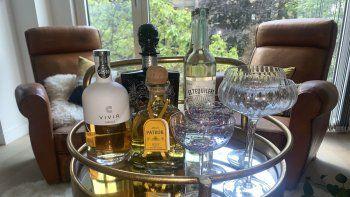 Mesita con una variedad de tequilas fotografiada en Londres el 9 de junio del 2021. Considerada hasta hace poco una bebida para emborracharse, el tequila trata de cambiar su imagen, ofreciendo productos cada vez más refinados.