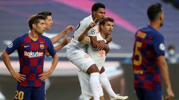 El delantero alemán del Bayern Múnich Thomas Mueller (R) celebra con el mediocampista alemán del Bayern Múnich Serge Gnabry después de marcar un gol durante el partido de fútbol de cuartos de final de la Liga de Campeones de la UEFA .