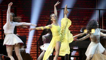 En esta foto del 26 de enero del 2020, la bailarina de ballet Misty Copeland, en el centro, participa en la ceremonia de los premios Grammy en Los Angeles.