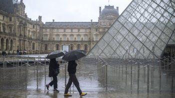Gente pasa junto al Museo del Louvre en París el domingo primero de marzo del 2020. Las autoridades francesas cerraron el museo el domingo debido a temores por el coronavirus.
