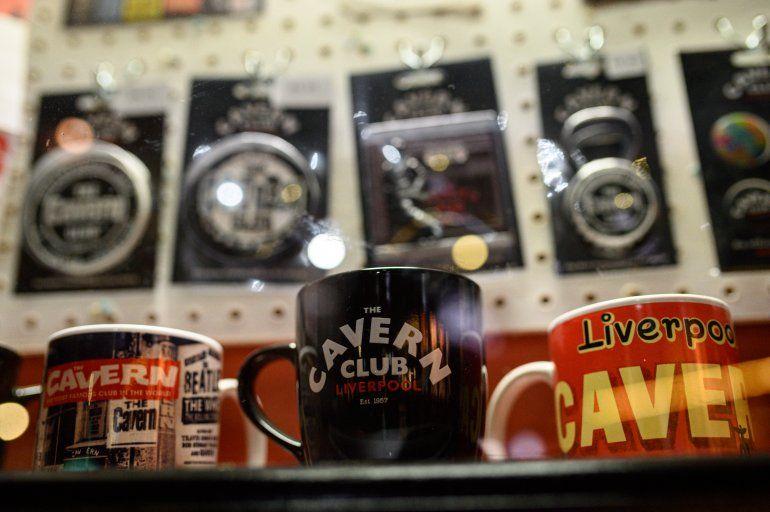 La mercancía de The Beatles se exhibe a la venta en el Cavern Club