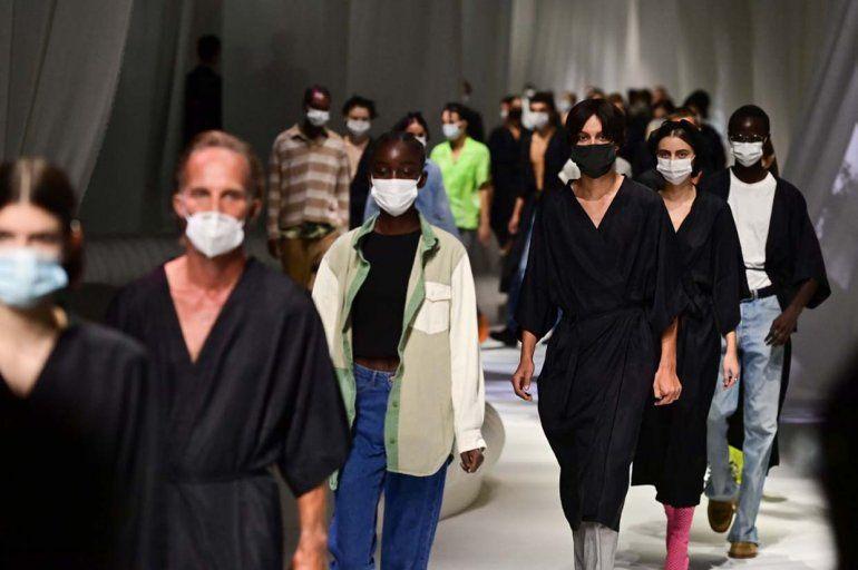 Las modelos que llevan máscaras protectoras se muestran durante el ensayo previo a la colección femenina y masculina de Fendi Primavera / Verano 2021 durante la Semana de la Moda de Milán