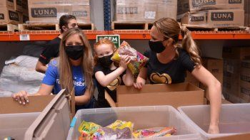 La presentadora de Corazones Guerreros, Natalia Denegri, trabajó en conjunto con Hasbro Toys, Global Empowerment Mission y Little Lighthouse Foundation, para preparar donaciones que se repartirán a centros comunitarios de asistencia a niños del sur de la Florida.
