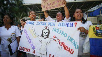 Enfermeras gritan consignas contra el gobierno en una protesta afuera del hospital José Manuel de los Ríos en Caracas, Venezuela, el miércoles 30 de octubre de 2019.