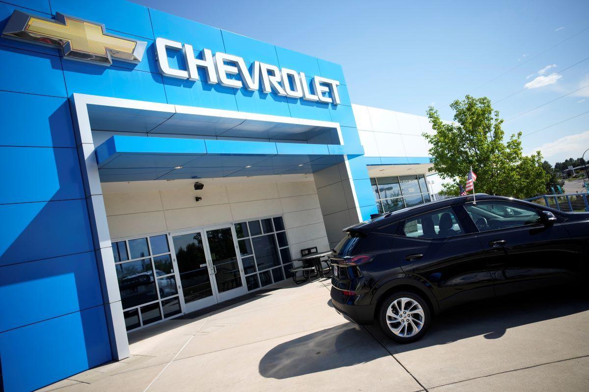 Un par de vehículos electricos Bolt 2022 permanecen afuera de una concesionaria Chevrolet en Englewood, Colorado.