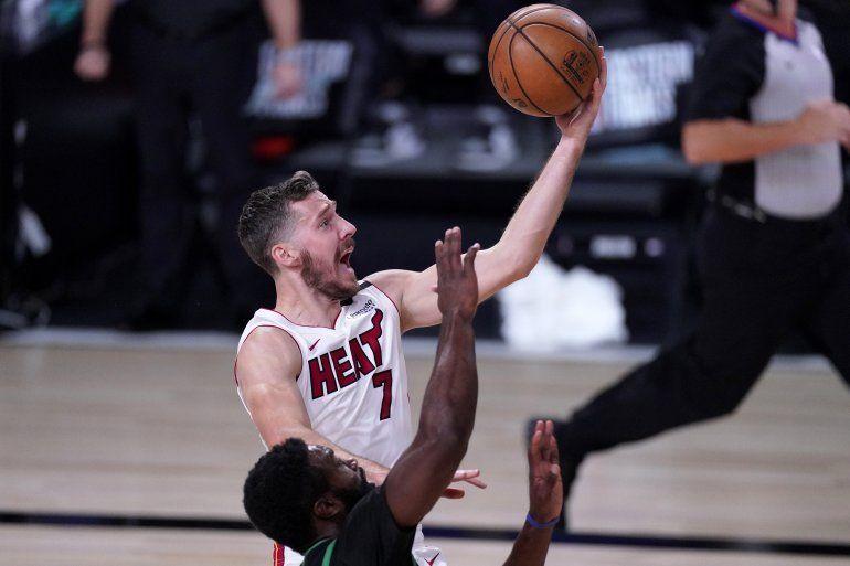 El base del Heat de Miami Goran Dragic va por un tiro mientras lo defiende Jaylen Brown de los Celtics de Boston en el juego de las finales de la Conferencia Este del jueves 17 de septiembre del 2020