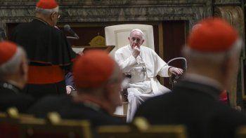 En esta foto de archivo del 21 de diciembre de 2019, el papa Francisco escucha mientras el cardenal Angelo Sodano, de pie a la izquierda y de espaldas a la cámara, habla en ocasión del saludo navideño del pontífice a la curia romana, en la Sala Clementina del Vaticano.