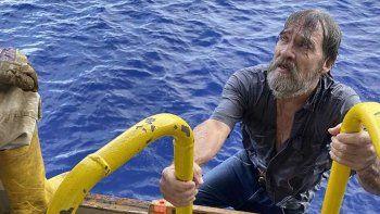 El navegante Stuart Bee, de 62 años, que desapareció el viernes 27 de noviembre de 2020, es rescatado por la tripulación a bordo del buque portacontenedores de la Guardia Costera de EEUU.