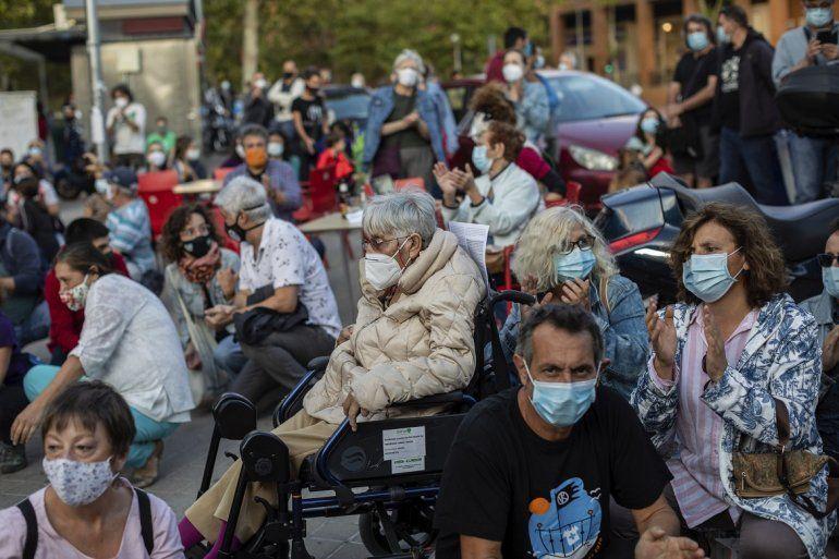 Protesta de personas en el vecindario Vallecas debido a las restricciones por el coronavirus impuestas por las autoridades de salud solo en algunas partes de Madrid