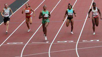 De izquierda a derecha) Krystsina Tsimanouskaya de Bielorrusia, María Isabel Pérez de España, Blessing Okagbare de Nigeria, Tynia Gaither de Bahamas y Asha Philip de Gran Bretaña compiten en las eliminatorias de 100 metros femeninos durante los Juegos Olímpicos de Tokio 2020