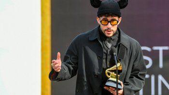 Bad Bunny acepta el Grammy al Mejor Álbum Urbano o Pop Latino por YHLQMDLG en el escenario durante la 63a Entrega Anual de los Premios GRAMMY en el Centro de Convenciones de Los Ángeles el 14 de marzo de 2021 en Los Angeles, California.