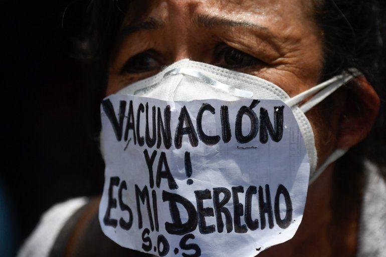 """Una enfermera usa una mascarilla que dice """"¡Vacunación ahora!Es mi derecho """"durante una protesta para exigir que todos los trabajadores de la salud sean vacunados contra el COVID-19"""