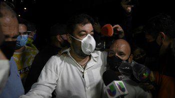 Roberto Marrero, jefe de gabinete del líder opositor venezolano Juan Guaidó, abandona la sede del Servicio Bolivariano de Inteligencia Nacional (SEBIN), conocida como El Helicoide, luego de que el dictador, Nicolás Maduro, indultara a más de 100 legisladores y asociados de Guaidó, en Caracas, el 31 de agosto. , 2020. Marrero fue arrestado en marzo de 2019 y acusado de ser parte de una célula terrorista que planeaba ataques para desestabilizar al régimen de Maduro.