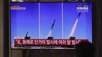 Un televisor emite reportes sobre el lanzamiento de misiles en Corea del Norte, empleando imágenes de archivo, en la estación de tren de Seúl, en Seúl, Corea del Sur, el 14 de abril de 2020.