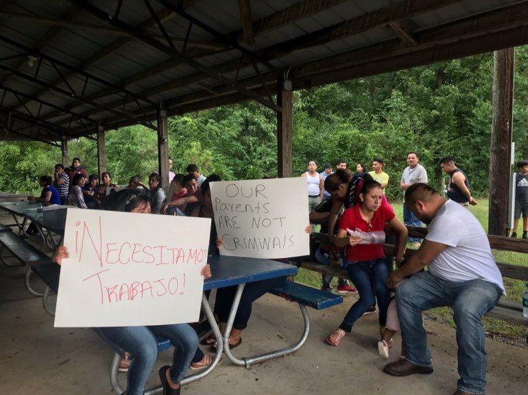 Trabajadores de PH Foods y simpatizantes de su causa sostienen carteles que dicen