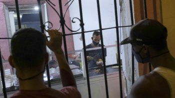 El cocinero José Antonio Subero trabaja haciendo arepas dentro de la casa de la dueña del carrito de comidas, Dioselis Bello, en el barrio de Santa Rosalía en Caracas, Venezuela, el domingo. 23 de febrero de 2020.
