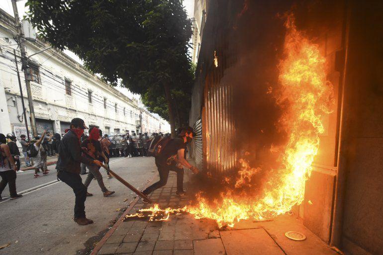 Manifestantes incendiaron parte del edificio del Congreso durante una protesta exigiendo la renuncia del presidente guatemalteco Alejandro Giammattei