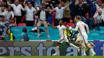 Raheem Sterling festeja tras anotar el primer gol de Inglaterra contra Alemania en el partido de octavos de final de la Euro 2018, el martes 29 de junio de 2021, en Londres