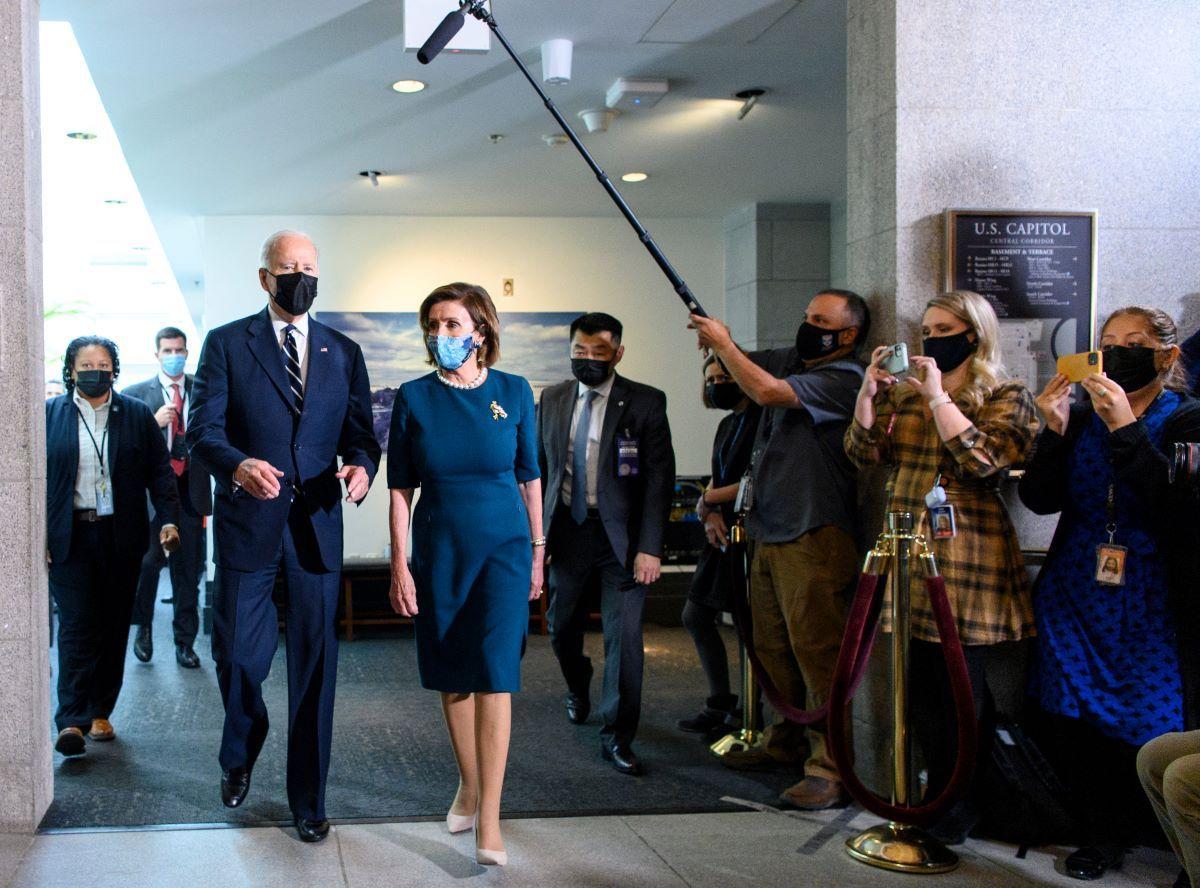 El presidente Joe Biden y la presidenta de la Cámara de Representantes, Nancy Pelosi.