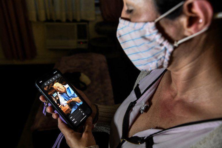 Ariane Gutiérrez mira una foto de su padre Gerardo Gutiérrez