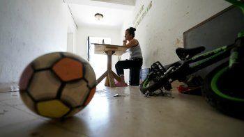 Gabriela Fajardo, maestra hondureña de 26 años, dicta una clase vía Zoom para niños migrantes centroamericanos desde un pasillo del edificio de departamentos donde vive el 20 de noviembre del 2020 en Matamoros, México. Igual que sus alumnos, Fajardo está varada en México, a la espera de que EEUU procese su solicitud de asilo.