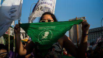 Una mujer sostiene un pañuelo verde en una movilización a favor de la legalización del aborto en Argentina mientras su aprobación se debate en el Senado del país, en Buenos Aires, Argentina, a 29 de diciembre de 2020.