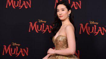 En esta foto de archivo tomada el 9 de marzo de 2020, la actriz estadounidense-china Yifei Liu asiste al estreno mundial de Mulan de Disney en el Dolby Theatre de Hollywood. La película de acción en vivo de Disney, Mulan, con un elenco totalmente asiático, finalmente se estrena el 4 de septiembre de 2020 y llega al servicio de transmisión Disney +.