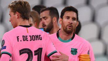 El argentino Lionel Messi es felicitado por su compañeros tras convertir de penal en la victoria 2-0 del Barcelona ante la Juventus, en la fecha 2 de la fase de grupos, de la Liga de Campeones