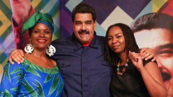 Opal Tometi, cofundadora de Black Lives Matter, vestida de negro aparece abrazada con el dictador Nicolás Maduro. Tometi participó como observadora electoral en Venezuela en las elecciones de 2015.