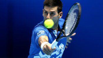 El serbio Novak Djokovic devuelve un tiro del alemán Alexander Zverev en su duelo en la Copa Masters de la ATP, en la Arena O2 de Londres, el viernes 20 de noviembre de 2020