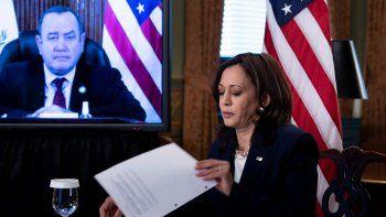 La vicepresidenta Kamala Harris, prometió el lunes al presidente guatemalteco, Alejandro Giammattei ayuda para detener la migración indocumentada hacia Estados Unidos.