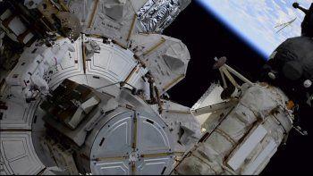 Foto distribuida por la NASA en la que aparece la astronauta estadounidense Kate Rubins durante una caminata espacial fuera de la Estación Espacial Internacional el viernes 5 de marzo de 2021.