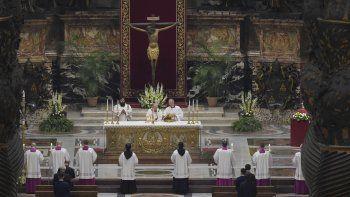 El papa Francisco preside una ceremonia solemne de vigilia de Pascua en la Basílica de San Pedro, sin fieles tras la prohibición en Italia a las reuniones para impedir los contagios de coronavirus, en el Vaticano, el sábado 11 de abril de 2020.