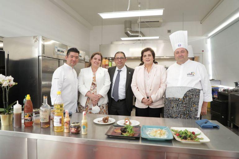 De izquierda a derecha, chef Sergio Díaz, viceministra Shirley Aguilar, viceministro Sigfrido Lee, Atzum de Moscoso y chef Bruno Brunori.