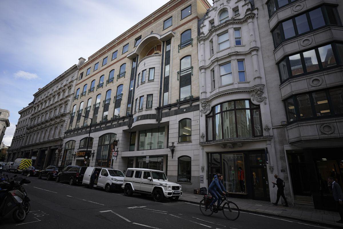 En la imagen vista de la fachada de los números 56-60 de Conduit Street, en el distrito de Mayfair, en Londres, el 4 de octubre de 2021. La propiedad está ligada al presidente de Azerbaiyán, Ilham Aliyev, según un reporte llamado los Papeles de Pandora sobre presuntas irregularidades fiscales.