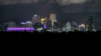 En la imagen, zonas con suministro eléctrico en el distrito financiero de Nueva Orleans, mientras que áreas del centro de la ciudad se quedaron sin luz tras el paso del huracán Zeta, el miércoles 28 de octubre de 2020.