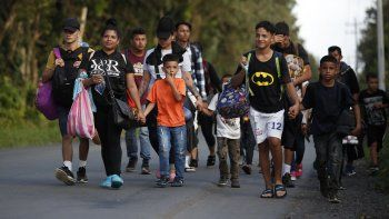 Un grupo de migrantes camina en un intento de llegar a Estados Unidos, cerca de El Cinchado, Guatemala, el miércoles 15 de enero de 2020 en la frontera con Honduras.