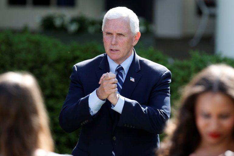 El vicepresidente Mike Pence habla con asistentes después de un Día Nacional de Oración de la Casa Blanca en la Rosaleda de la Casa Blanca el jueves 7 de mayo de 2020 en Washington.