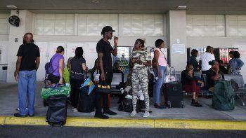 Evacuados por el huracán Dorian esperan a familiares o amigos tras ser evacuados de Freeport, en Gran Bahamas, el miércoles 18 de septiembre del 2019 en Riviera Beach, Florida.