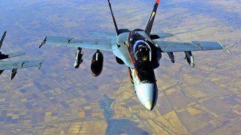 Imagen de archivo del folleto de la Marina de los EE. UU. Tomada el 4 de octubre de 2014, dos Super Hornets F-18E de la Marina de los EEUU, que apoyan las operaciones contra el Estado Islámico.