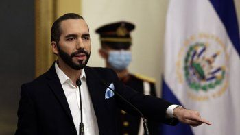 En esta foto de archivo tomada el 24 de septiembre de 2020, el presidente de El Salvador, Nayib Bukele, habla durante una conferencia de prensa en la casa presidencial en San Salvador, El Salvador.