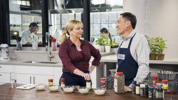 La presentadora Bridget Lancaster, izquierda, y el director creativo Jack Bishop de la serie Americas Test Kitchen en una imagen sin fecha proporcionada por Americas Test Kitchen. La serie cumplirá su 20 aniversario en PBS.