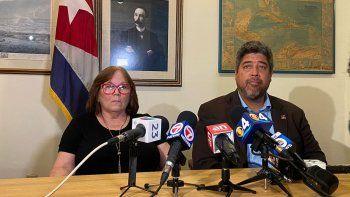 En esta foto aparecen María Ferreiro, madre del periodista independiente, y John Suárez, director ejecutivo del Centro para una Cuba Libre.
