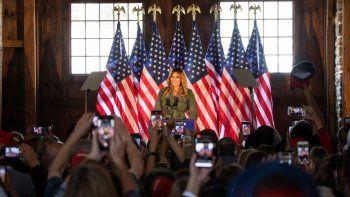 La primera dama Melania Trump habla con los partidarios del presidente Trump en un evento Make America Great Again en Atglen, Pensilvania, el 27 de octubre de 2020.